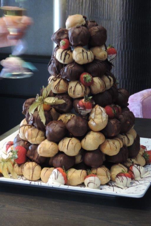 Ben je opzoek naar geen traditionele bruidstaart, Dit bruidspaar vroeg ons een soesjes toren te maken! De gasten vonden het heerlijk!