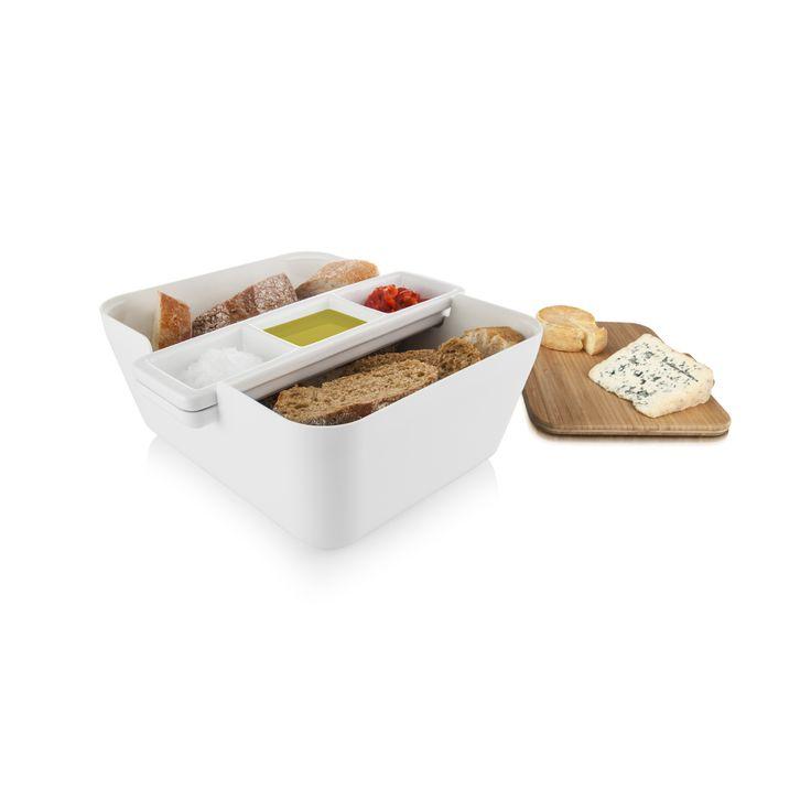 Versgebakken brood is de perfecte start of aanvulling op elke maaltijd. Met de Bread & Dip heeft u alle onderdelen in huis om dit op een handige en mooie manier te serveren. Op de bamboehouten snijplank kunt u het stokbrood, mediterraans brood of zelfgebakken brood gemakkelijk snijden. De stukjes doet u in de grote serveerbak en in de keramieken schaaltjes kunt u verschillende dips en spreads serveren. Wat dacht u van bijvoorbeeld olijfolie, kruidenboter, tapenade of humus. Door de Bread…