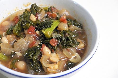 ケールのスープ ケール、じゃがいも、玉ねぎ、トマト、にんにく、ひよこ豆、チョリソを軽く煮込むだけ。これもなかなか。チョリソのピリ辛感がアクセント。ケールを煮込みすぎないほうが歯ごたえがあっていい。翌日のほうが味が馴染んでさらにGOOD。  http://www.foodnetwork.com/recipes/rachael-ray/portuguese-chourico-and-kale-soup-recipe/index.html?rsrc=search