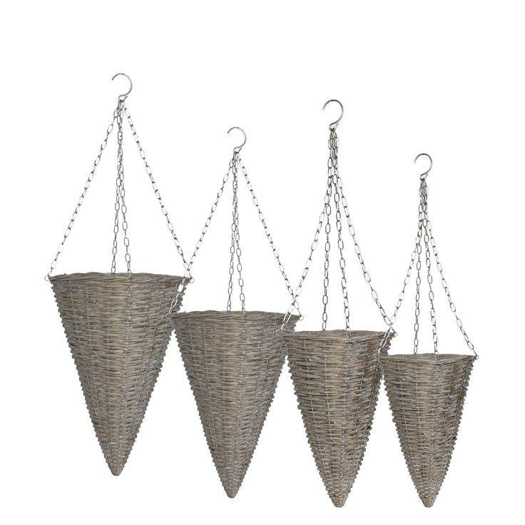 ROTAN-WOONACCESSOIRES Vier hangmanden van riet met een ijzeren ketting om de manden op te hangen.