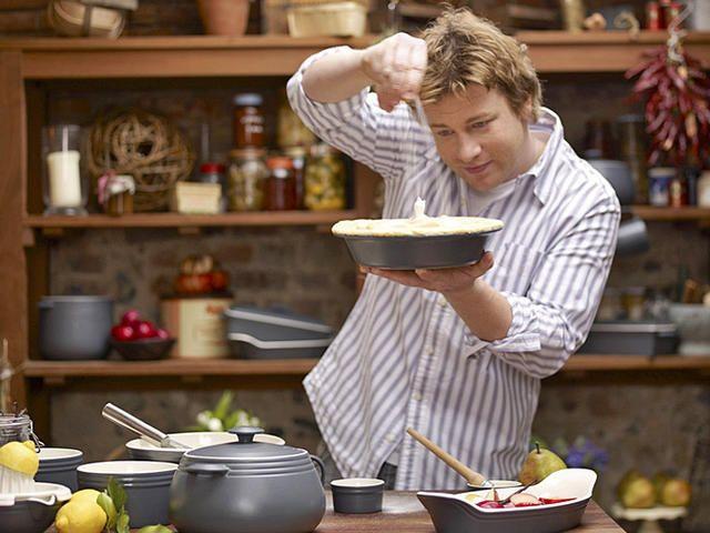 Джейми Оливер - один из самых известных кулинаров мира. Стоит ли говорить, что мы очень любим рецепты Джейми Оливера и частенько их используем. Сегодня мы подготовили для тебя целый обед из …