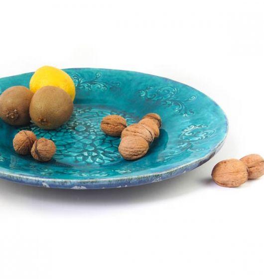 Duża patera (talerz) wykonana z białej gliny. Wypalana w 1060 stopniach, pokryta pięknym turkusowym szkliwem z efektem spękań crackle. Wzór roślinny plus koronka. Średnica 36 cm, wysokość 4 cm.
