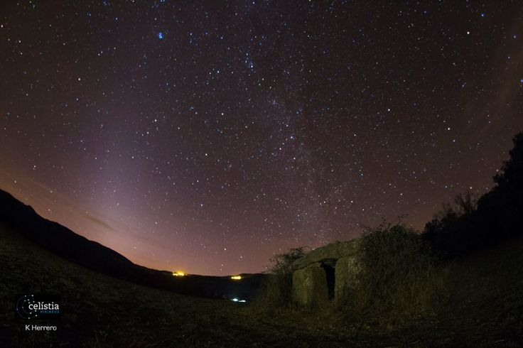 La llum zodiacal i la Via Làctia sobre el #Dolmen de la Mosquera (Peramea) Jussà i #montsec destí #starlight #aralleida#catalunyaexperience #skylovers Foto de Celístia Pirineus