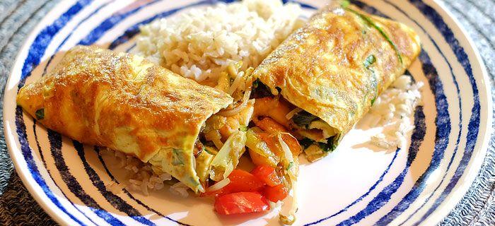 Deze lekkere eierwraps met roergebakken groenten, garnalen en rijst zijn zo gemaakt en heerlijk van smaak. Bekijk hier het makkelijke recept.