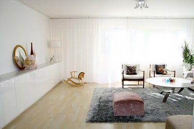 I mitt vardagsrum har jag endast tunna vita gardiner som går att dra och dessa kan man applicera på alla vardagsrumsväggar. En takskena, tunna linnegardiner, och 50% extra veckning (= dvs på 2 m vägg skall jag räkna med att ha 3 m tyg, eller som hos mig på 6 m vägg har jag 9 m tyg i bredd). Först och främst tycker jag att det är snyggast att hänga gardinerna från tak.