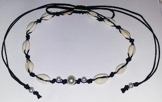 Choker de búzios que pode ser usada também como um colar. A peça faz parte do Conjunto Búzios e  foi confeccionada com búzios, pérolas e cordão preto. Fecho regulável feito usando a técnica macramê. Produto feito a mão.