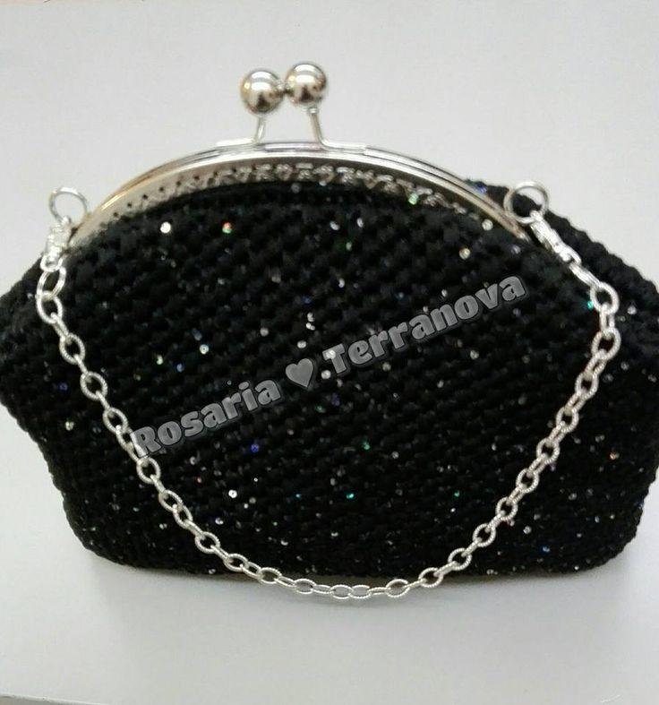 Pochette nera all'uncinetto realizzata con filato paillettes e chiusura clic clac, catena argentata