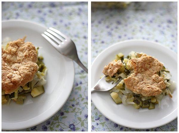 Cobbler salé: cébettes, courgette et bûche de chèvre   Gourmandiseries - Blog de recettes de cuisine simples et gourmandes
