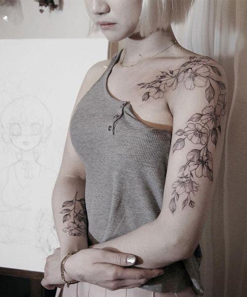 Chic Floral Tattoo auf Schulter und Arm für koreanische Mädchen