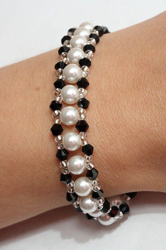 Es una pulsera bonita, elegante para ocasiones formales y casuales.  Esta pulsera está hecha de perlas de cristal blanco (6 mm) y perlas de cristal (4 mm). Los elementos de plata son rocallas de cristal.  La longitud es de unos 17 cm (cerca de 6,7 pulgadas) además de que tiene una cadena de unos 5 cm (2 pulgadas) que ayuda a ajustar el tamaño.  Si usted tiene cualquier pregunta sobre este tema, no dude en ponerse en contacto conmigo.  Puede encontrar más artículos en este y los diferentes…