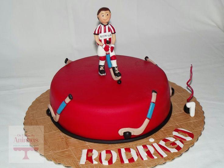 é a paixão do Rodrigo, ele joga na ADO e este ano, quis-se ver retratado, no seu bolinho de aniversário.   Bolo de chocolate com recheio de ...
