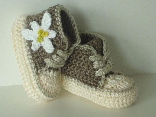 Baby-Schuhe gehäkelt im Trachtenlook