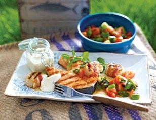 Das Rezept für Lachskoteletts & Jakobsmuscheln mit Tomaten-Minz-Salat und weitere kostenlose Rezepte auf LECKER.de