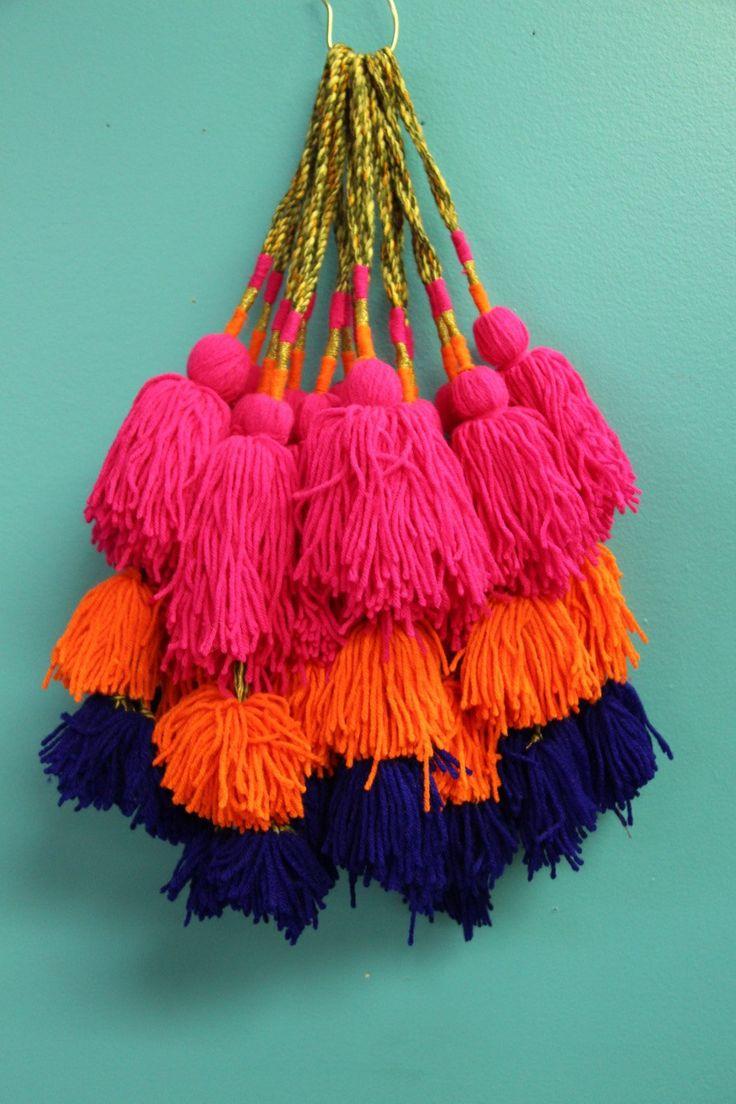 Eine Quaste aufgesetzt: dreifach Pom Kamel Swag Pom Pom, Quaste, Decor, böhmischen Zigeuner Mode entwerfen Versorgung, Neon-Farben, Handtasche Charm, 1 pc. von WomanShopsWorld auf Etsy https://www.etsy.com/de/listing/250805697/eine-quaste-aufgesetzt-dreifach-pom