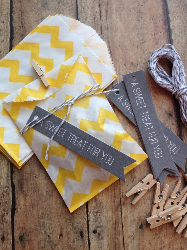 On personnalise le sac cadeau avec de ravissantes étiquettes ou stickers.  #saccadeau #cadeauxinvites