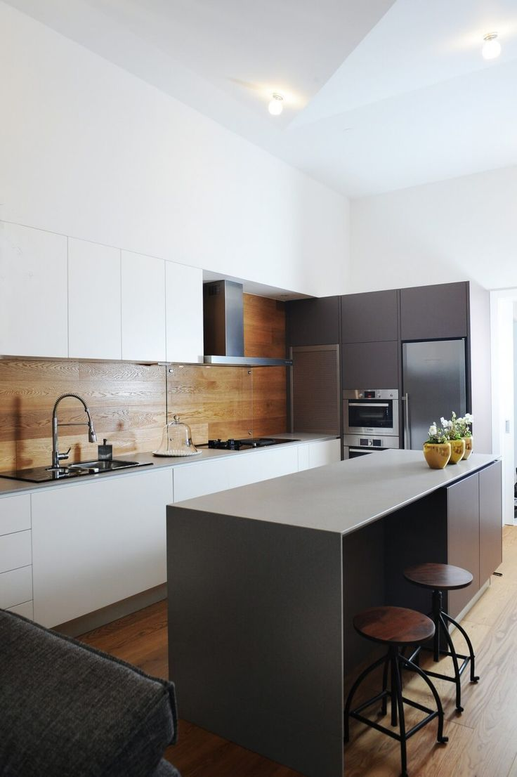 Cuisine élégante en noir et blanc, credence en bois | Black and white Kitchen, wooden backsplash | Galjevica Residence by GAO Architects