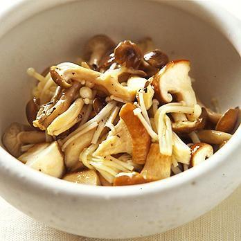 きのこは熱湯でさっとゆでて「きのこの和風サラダ」のレシピです。プロの料理家・葛西麗子さんによる、しめじ、えのきたけなどを使った、59Kcalの料理レシピです。