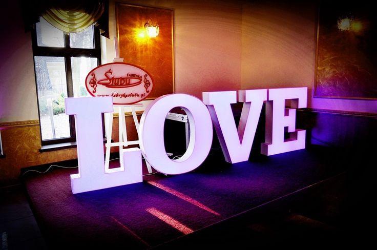 Napis Love podświetlany zmiana kolorów wypożyczenie www.fabrykasluub.pl