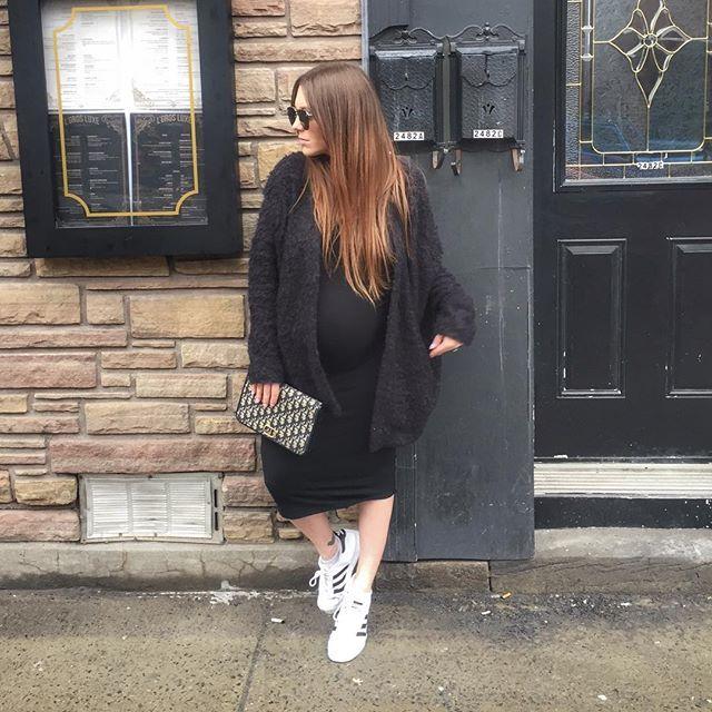 Photo by @melissasoldera - Running errands🚶🏻♀️🚶🏻♀️ . . . #youtuber #fashionvlogger #melsoldera #ootd #34weeks #primaryessentials #montreallife #dressthebump #melsfashionedit #melsolderapreggostyle #vintagedior #dior