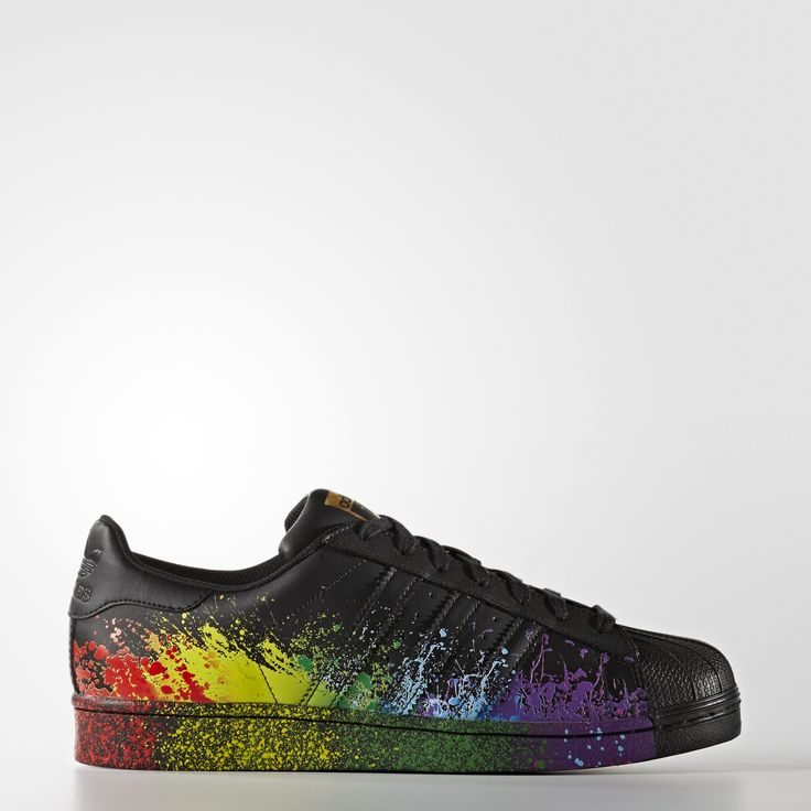 Avec sa collection colorée LGBT Pride, adidas Originals rend hommage aux défilés de la Gay Pride. Ultra-originale, cette chaussure adidas Superstar hommes met en valeur l'arc-en-ciel avec une tige et une semelle intermédiaire colorées à coups de projections de peinture.