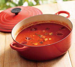 【具だくさん冷製トマトスープ】野菜たっぷりの冷たいトマトスープ。ビネガーでさっぱりとした味わいに。パーティーなどの食前スープにぴったりです。  http://lecreuset.jp/community/recipe/tomato_soup/