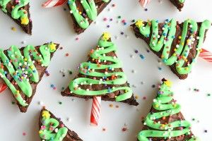 These Christmas Tree Brownies are SO EASY and they look adorable! The icing hardens, so they travel well and make a great treat for a Christmas party!
