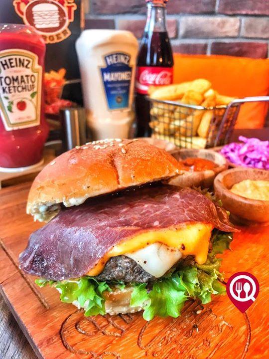 """Western Dana Bacon (Çemensiz Pastırma Dilimi) - So Big Burger / İstanbul ( Caddebostan )  Çalışma Saatleri 11:00-22:00  0 216 356 00 04  25 TL / 150 gr  Alkolsüz Mekan  Paket Servis Var  Sodexo Ticket Multinet Var  Açık Alan Var  Otopark Yok DAHA FAZLASI İÇİN YOUTUBE """"YEMEK NEREDE YENİR"""" ABONE OL  Baharatlı patetes kızartması soslar turşu ve coleslaw salatası ile birlikte servis edilmektedir."""