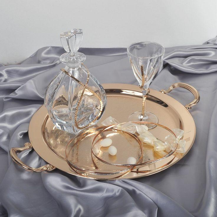 Η εταιρία Zoulovits δημιουργεί μοναδικές συνθέσεις γάμου για την ωραιότερη μέρα ενός ζευγαριού. Το σετ περιλαμβάνει: ένα δίσκο δαντέλα ροζ χρυσό με χέρια στρογγυλό, μία καράφα Βοημίας με ροζ χρυσή μπορντούρα και ένα ποτήρι του κρασιού τσεχίας με τον ίδιο στολισμό.