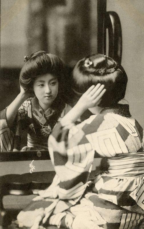 Geisha Sakae in her nagajuban (lingerie kimono), a postcard from around 1905 to 1910.
