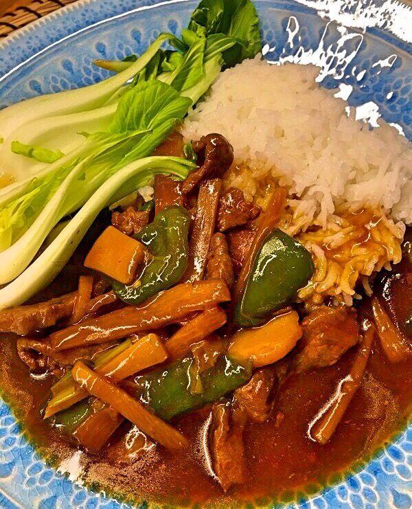Asiatiskt!! Som jag längtat efter wok och starka såser, krispiga bambuskott och vattenkastanjer. Starkt och smakrikt och så fruktansvärt gott, det är vardagsmat för oss. Jag lovar er detta recept på m