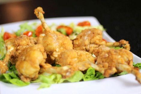 Przepis na Skrzydełka po Chińsku - to przysmak, który koniecznie musicie zrobić w domu. Aromatyczne skrzydełka w grubej panierce z jajka, sosów i mąki, smakowało? Nie zapomnijcie skomentować:)