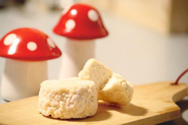 Crottins de chèvre maison (sans fromagère) -||- Ingrédients (7 crottins) :  3 litres de lait de chèvre demi-écrémé (entier si vous trouvez) + 15 goûtes de présure (ou le jus de trois citron)