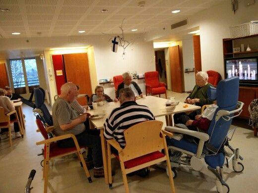 Foibe 3 keltainen tupa yhdessä kuuntelemassa itsenäisyyspäivän jumalanpalvelusta ja keskustelemassa sen aiheista
