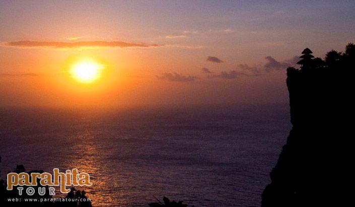 Paket 3 Hari 2 Malam Uluwatu merupakan paket yang sangat cocok bagi anda yang suka dengan berbagai aktivitas mengunjungi pantai dan permainan air di Pulau Dewata.