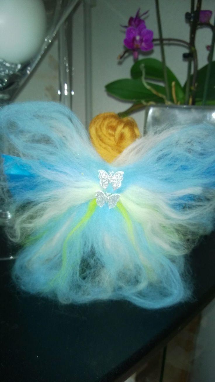 mi ángel azul vista desde atrás, muñeca waldorf con lana fieltrada