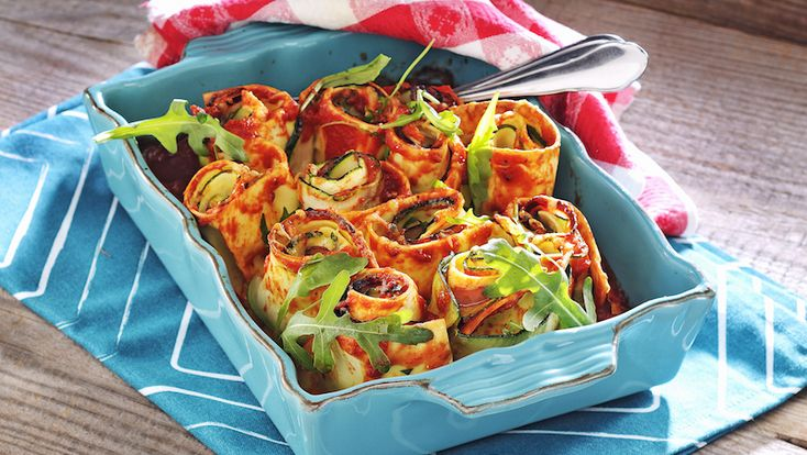 Hela middagen i en form! Av färska lasagneplattor gör du de här läckra pastastubbarna med smarrig fyllning av skinka och vitlöksost.