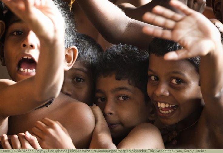 Kinder stehen zusammengedrängt beieinander, Thiruvananthapuram, Kerala, Indien