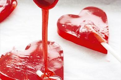 Valentijnsdag is niet alleen leuk voor volwassenen, laat je kinderen delen in de pret met deze zelfgemaakte lolly's.