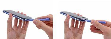3. Skyv plaståpningsverktøyet til venstre langs den øvre kanten, og gjenta den vridende bevegelse for å øke avstanden mellom bakdekslet og telefonen.