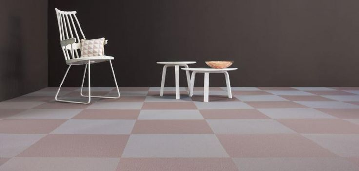 Šedo-hnědá podlaha ze čtverců tkaného vinylu Fitnice. / Gray and brown floor from the woven vinyl tiles Fitnice.
