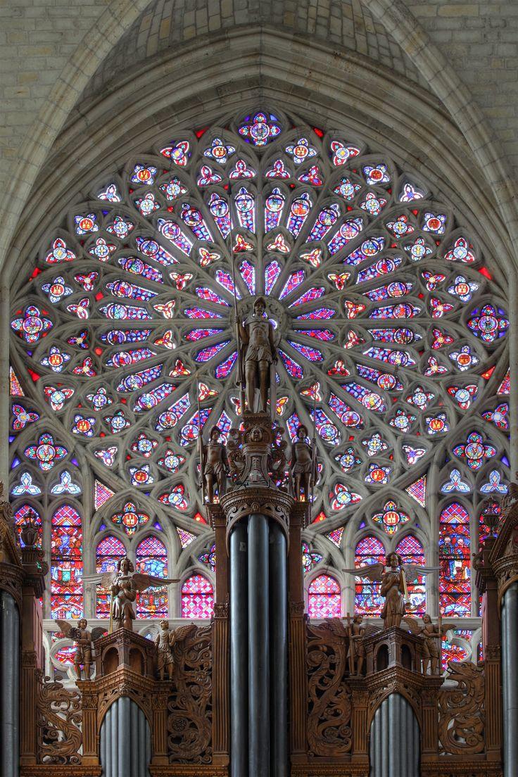 Ventana y el órgano principal de la catedral de Saint-Gatien, Francia.