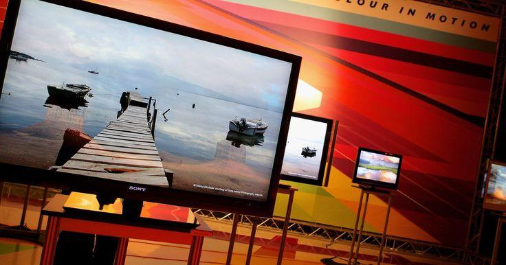 Cómo limpiar un Sony Bravia. Bravia es una línea de televisores LCD y HD de pantalla plana, fabricada por Sony. El televisor Sony Bravia debe ser limpiado siempre que sea necesario para eliminar el polvo, marcas de dedos y residuos. Una pantalla limpia proporcionará una mejor experiencia al ver televisión. Nunca presiones la pantalla de un televisor LCD, ya que puedes dañar ...