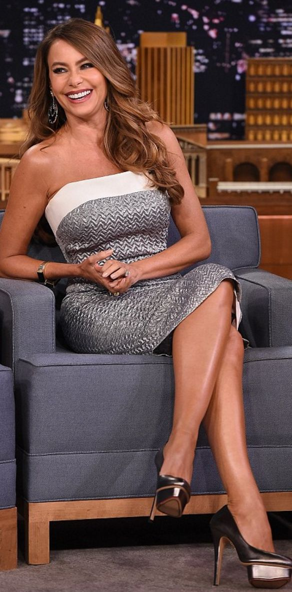 Who made Sofía Vergara's silver strapless dress and platform pumps?