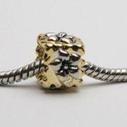 Charm med gylden firkant med blomst. Kan bruges med Pandora og Troldekugler smykker