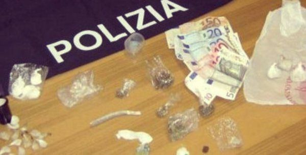 Cocaina, hashish e mdma (noto anche come ecstasy). E' quanto ha trovato la polizia durante un blitz avvenuto     http://tuttacronaca.wordpress.com/2013/09/01/avanti-tutta-la-notte-con-musica-e-droga-ma-arriva-il-blitz/