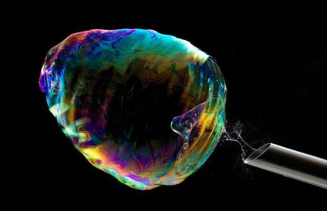 Le photographe suisse Fabian Oefner nous propose de découvrir son projet «Iridient» axé sur l'éclatement de bulles de savon