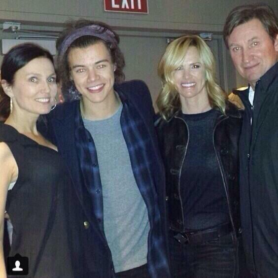 1D UPDATES ☆ @1DInfectionArg  #NEW Harry at the Eagles concert in LA tonight - 17.01.2014 #3 (Via @1DUpdatesARG_) next to Harry, Janet Jones Gretzky and Wayne Gretzky , hockey legend