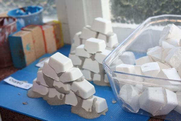 bouwen met gipsen steentjes die gemaakt zijn in ijsblokjesvorm. Juf Tess