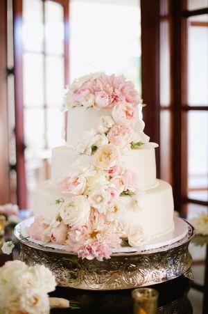 Elegante pastel con decoración de flores.