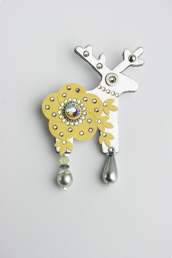 ATRUNIEL - Jelení šperky Velká brož s jelínkem o rozměru 6,5x7cm.
